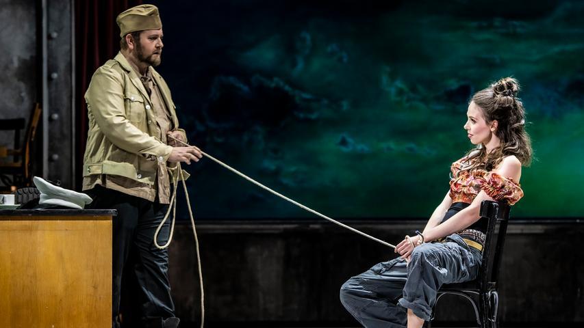 Aneinander schicksalhaft gebunden: Don Jose (Tadeusz Szlenkier) und Carmen (Anna Dowsley).