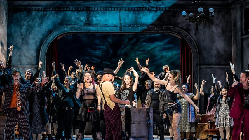 Das Portal eines verfallenen Theaters spielt eine wichtige Rolle im Bühnenbild.