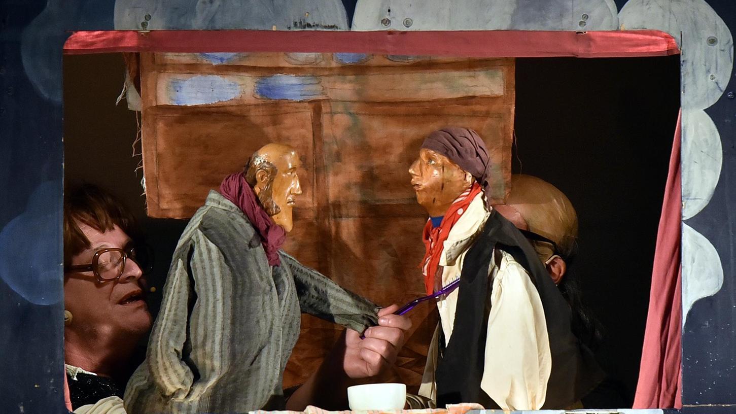 Auf Wiedersehen: Hans (rechts) verabschiedet sich von seinem Meister, um nach Hause zurückzukehren.