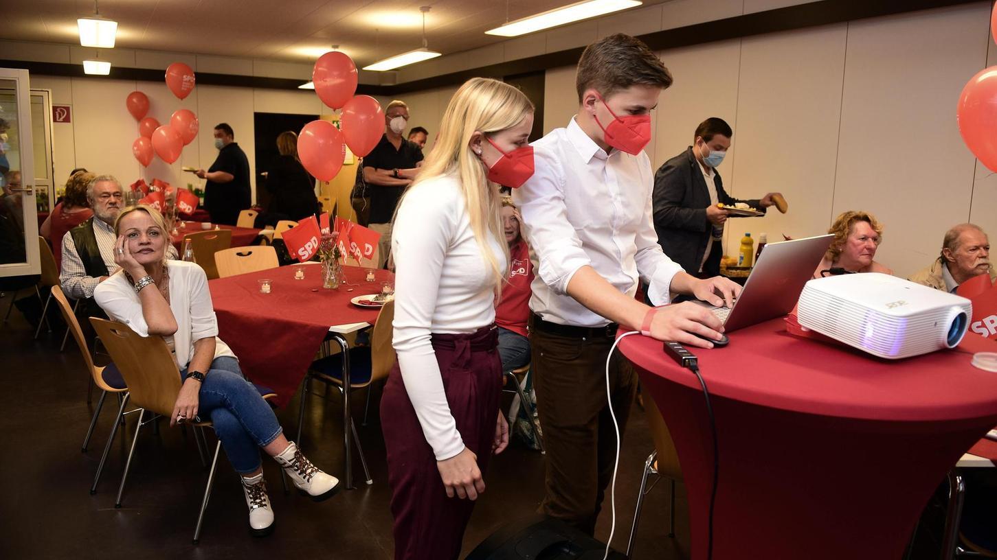 Mit Spannung verfolgten Parteienvertreter, wie hier bei der Fürther SPD, den Verlauf des Wahlabends. Inzwischen steht fest, wer künftig Sitz und Stimme in Berlin hat.