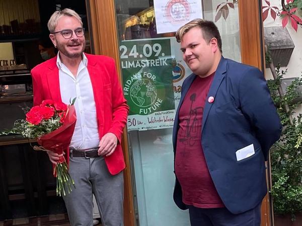 Der stellvertretende SPD-Kreisvorsitzende Marcel Schneider (links) feiert mit Jan Plobner die erste Hochrechnung. Zu diesem Zeitpunkt sah schon alles danach aus, dass der Altdorfer in den Bundestag einziehen wird.
