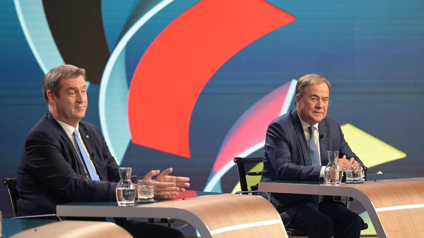 CDU-Kanzlerkandidat Armin Laschet (rechts) und CSU-Chef Markus Söder sitzen nach der Schlappe ihrer Parteien in einem Wahlstudio des ZDF bei der