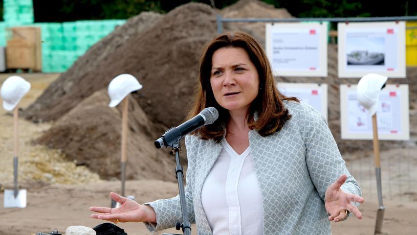 Durch die Bibliothek werde das neue Zentrum auch für die Menschen im Stadtteil ein Treffpunkt, sagte Schulreferentin Cornelia Trinkl.