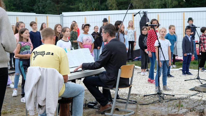 Dass die Musiksparte an den Schulen funktioniert, zeigten der Chor und eine Solo-Instrumentalistin ganz klar.