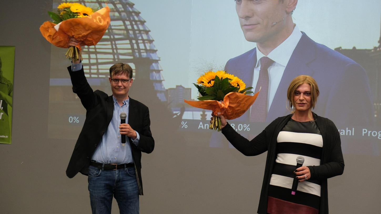 Mit dem Direktmandat hat es nicht geklappt, aber Sascha Müller (links) und Tessa Ganserer ziehen beide über die Liste in den Bundestag ein.