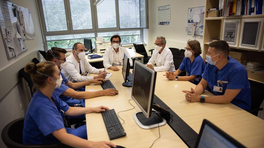 Konferenz: Alle Krebsfälle werden im Klinikum Fürth im Team besprochen (Mitte hinten: Urologie-Chef Prof. Dr. Andreas Blana).