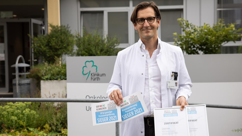Ausgezeichnet: Prof. Dr. Andreas Blana, Chefarzt der Urologie und Kinderurologie am Klinikum Fürth, präsentiert die Zertifikate des NN/NZ-Klinikchecks.