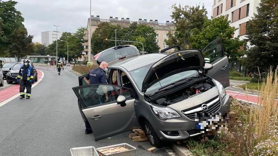 Pendler-Stau in Nürnberg: Auto landet auf Betonbegrenzung - Probleme im Berufsverkehr