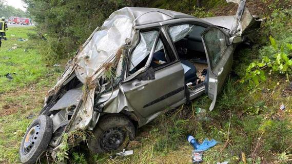 Auto überschlägt sich auf A9 bei Lauf: Zwei Menschen schweben in Lebensgefahr