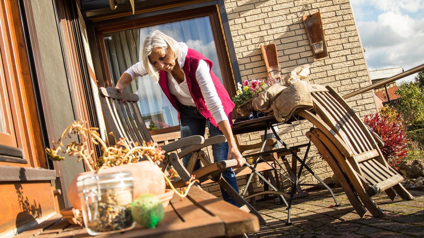 Schon Windstärken um die 40 km/h reichen aus, um leichte Gartenmöbel oder Sonnensegel herumfliegen zu lassen, sagen Experten.