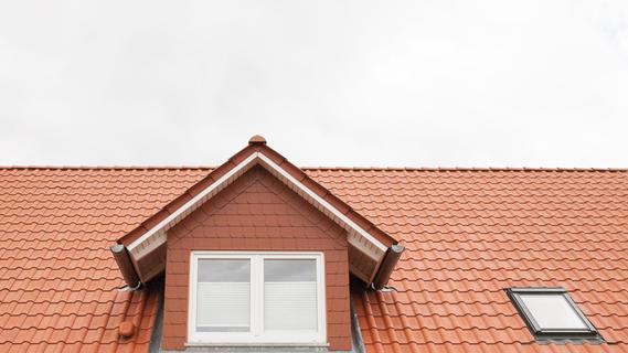Sind die Fenster richtig geschlossen und das Dach gut gesichert? Bei zunehmenden Windstärken sollte man ein besonderes Auge auf das Dach haben.