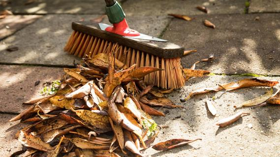 Schmutz und Laub sollten regelmäßig entfernt werden, da sie sonst die Abläufe auf der Terrasse und im Garten verstopfen können. Dadurch kann Wasser nicht abfließen und gelangt gegebenenfalls bis ins Haus.