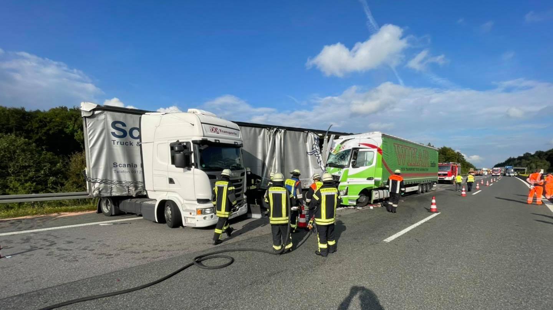 Nur wenige Stunden nach einem Verkehrsunfall mit vier Schwerverletzten auf der A 9 kam es im Rückstau zur folgenschweren Kollision zweier Lkw.