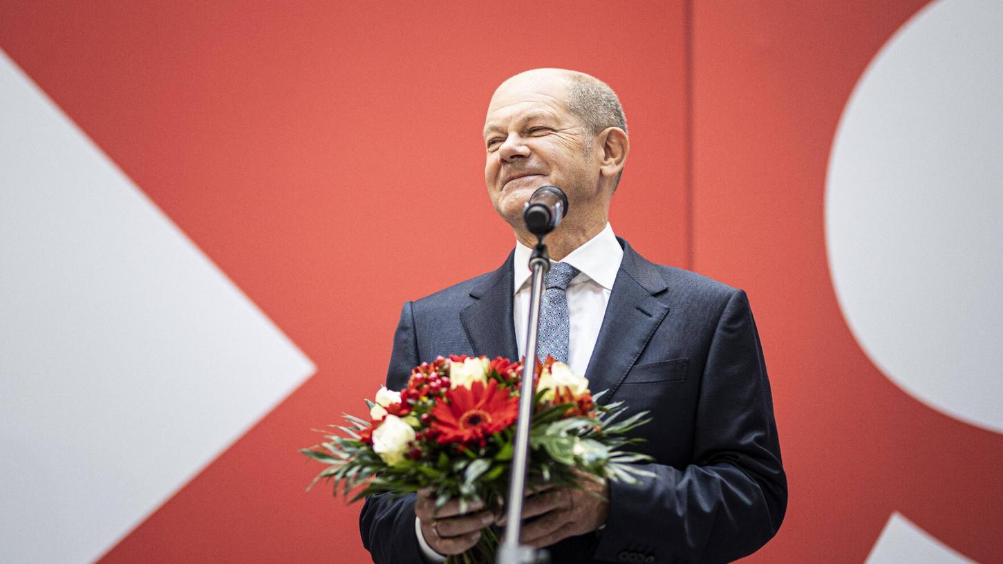 Die SPD hat die Bundestagswahl gewonnen. Am Tag danach gab es unter anderem viel Applaus und Blumen für den Kanzlerkandidaten Olaf Scholz.