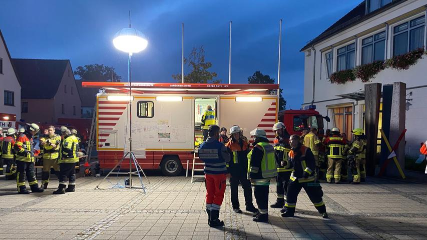 Brandstiftung? Mehrere Gebäude in Büchenbach abgebrannt - SEK sucht nach Eigentümer
