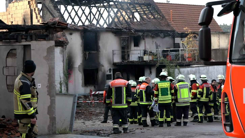 Am Tag nach dem Brand blieb von dem Wohnhaus nur noch ein Gerippe übrig.