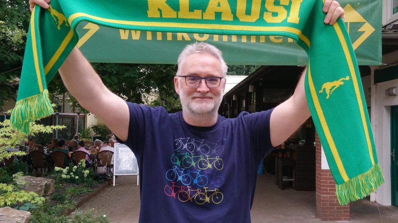 Klaus Thielking-Riechert in einer Pose, die er in Zukunft öfter einnehmen wird: Statt als Funktionär feuert er die Korbjäger des TB Erlangen als Fan an.