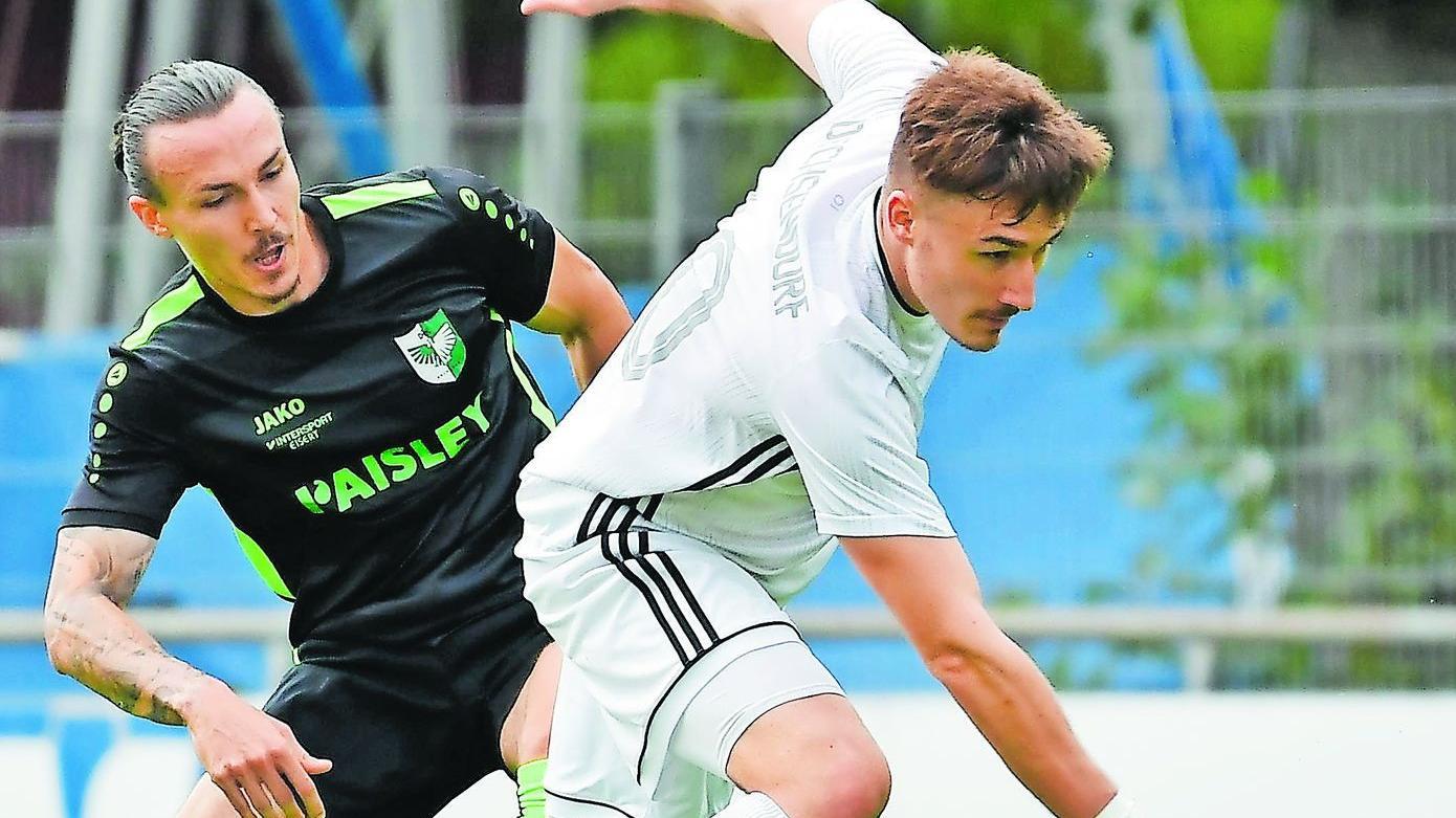 Oliver Leipold vom FC Großdechsendorf (weiß) kommt vor Robin Lechner von der DJK Erlangen an den Ball.