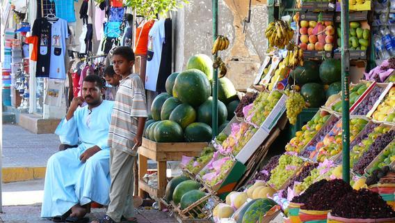 Eigentlich ein Mittelstreckenziel, aber im Winter schön warm: Hier ein Markt in der Ferienhochburg Hurghada, in der man durchaus auch authentisches ägyptisches Leben sehen kann. Das Land lässt Ausländer wieder herein.