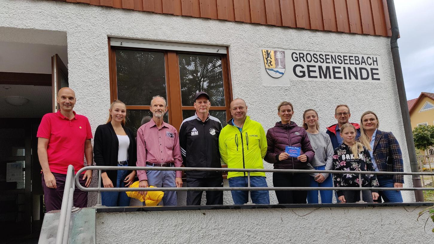 """Bürgermeister Jürgen Jäkel (l.) schwor sie bereits auf eine Teilnahme im nächsten Jahr ein. Den 1. Platz der Einzelwertung holte Karlheinz Schockel (5.v.l., 1.033 km), gefolgt von Thorolf Haupt (3.v.l., 765 km) und Manfred Müller (4. v.l., 488 km ). Rechts im Bild die """"Pferdefreunde Großenseebach"""" (1. Platz Teamwertung) mit Team-Chefin Daniela Vogel (6. v.l.) und dem 2. Bür germeister Rudolf Riedel (3.v.r.)."""