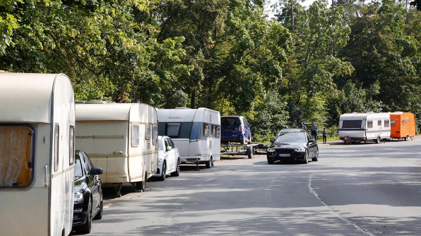 In der Valznerweiherstraße parken nicht nur Reisemobile, auch andere Fahrzeuge scheinen dauerhaft abgestellt worden zu sein.