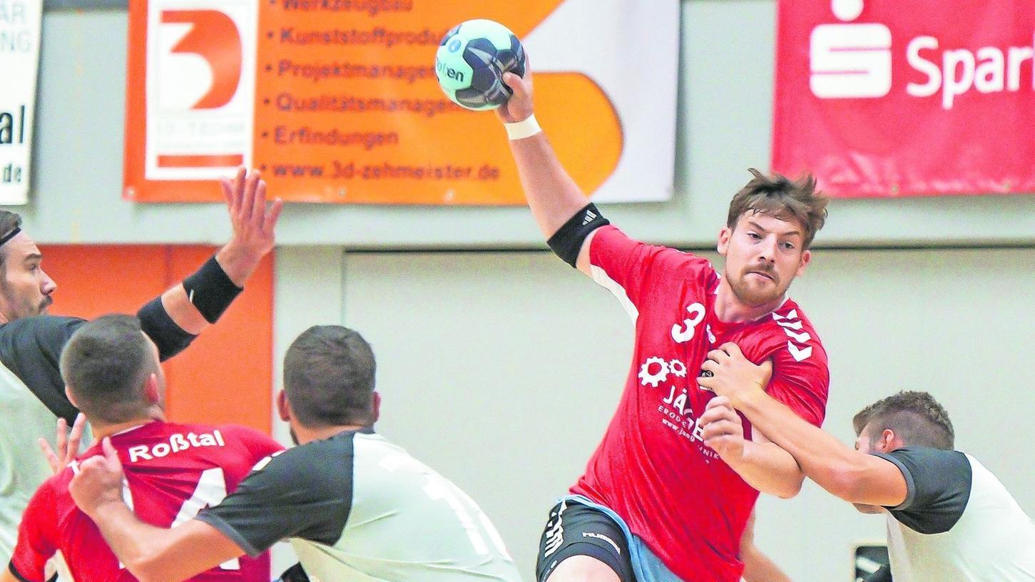 Einer der letzten Auftritte der Roßtaler Bayernliga-Handballer vor dem Rückzug 2020: Dominik Schmidt steigt im Pokalspiel gegen Haunstetten hoch.