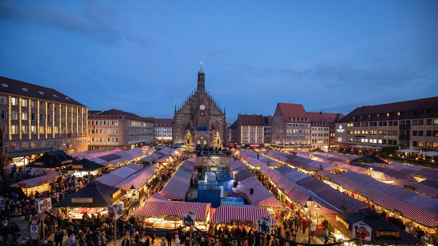 Weihnachtsmärkte - hier der Christkindlesmarkt in Nürnberg - sollen ohne 3G-Prinzip stattfinden. Das zumindest verriet Bayerns Wirtschaftsminister Hubert Aiwanger.