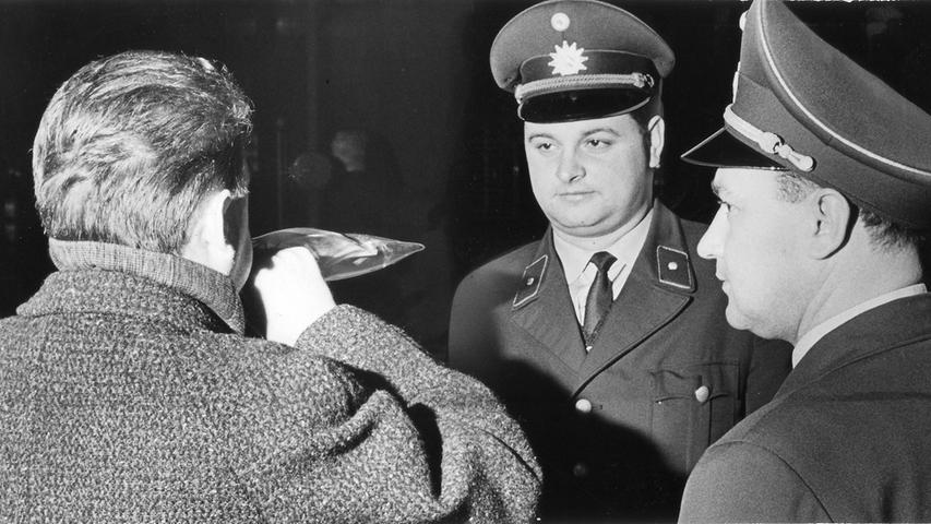 Ein Fall von Trunkenheit am Steuer beschäftigte das Nürnberger Verkehrsgericht. Ein Familienvater hatte in einer Kurve ein anderes Fahrzeug überholt und war dabei von einer Streife beobachtet worden. Sein Alkoholpegel nach einem Test lag bei1,36 Promille. Damals war ein Wert unter 1,3 Promille noch zulässig. Hier geht es zum Kalenderblatt vom 3. Oktober 1971:Promille nüchtern gesehen.