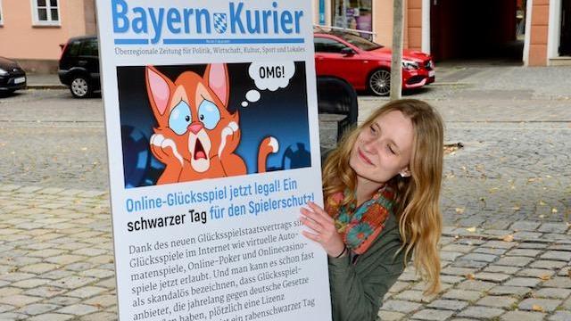 """Sozialpädagogin Christine Boeck und eine eigens gestaltete Ausgabe des ehemaligen CSU-Parteiblatts """"Bayern-Kurier""""."""