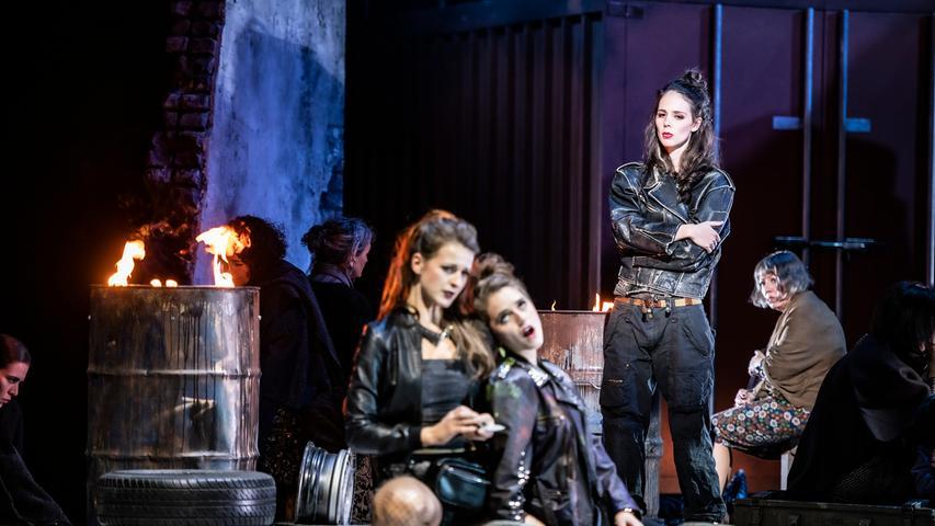 Immer wieder zieht sich Carmen (Anna Dowsley, stehend) bei den Schmugglern zurück.