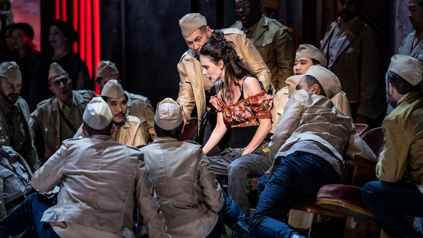 Carmen (Anna Dowsley) wickelt die Soldaten um den Finger.