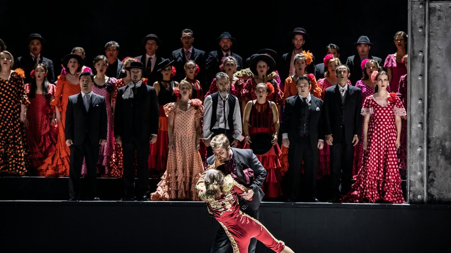 Ein öffentlicher Tod: Don Jose (Tadeusz Szlenkier) ersticht Carmen (Anna Dowsley).