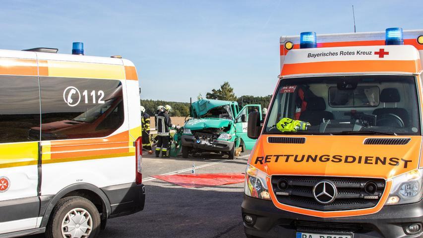 Durch den Aufprall wurde der Lkw derart deformiert, dass die 20-jährige Beifahrerin von der Feuerwehr mit einemHydraulikspreizer aus dem Fahrzeug befreit werden musste.
