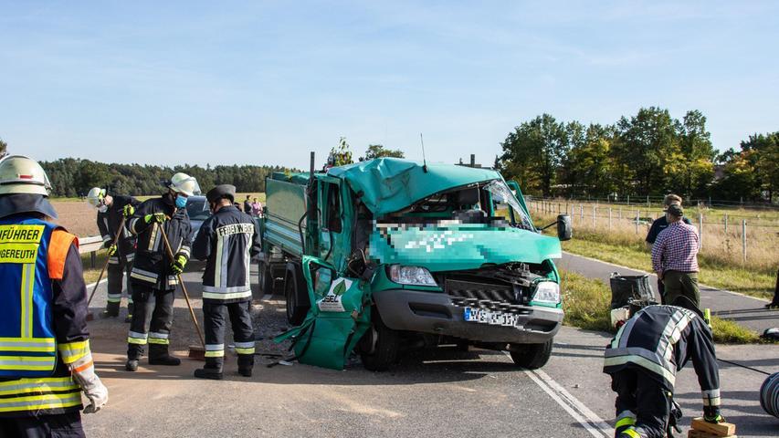 Die Insassen des Lkw kamen mit leichten bis mittelschweren Verletzungen zur medizinischen Behandlung in umliegende Krankenhäuser, die Traktorfahrerin wurde leicht verletzt.