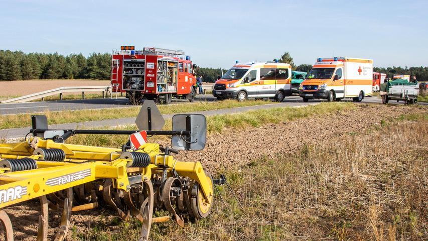 Eine 23-Jährige wollte dortmit ihrem Traktor samt Anhänger von Walsdorf kommend nach links in einen Feldweg abbiegen.