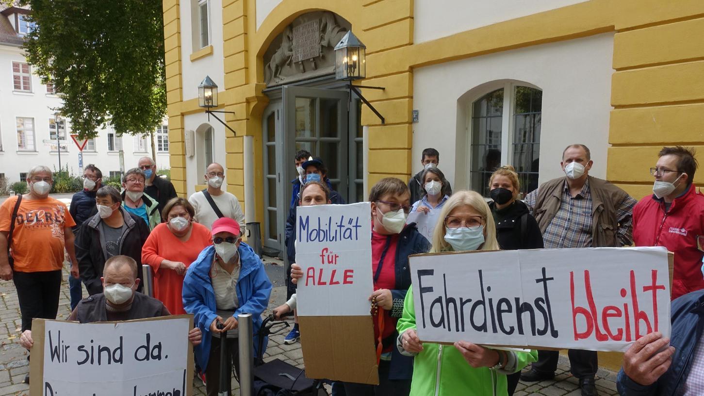 Vor dem Haus in Weidenbach, in dem der Sozialausschuss tagte, demonstrierten Betroffene und Angehörige von Behinderten gegen den Rotstift beim Fahrdienst.