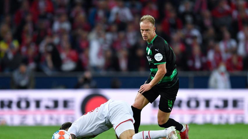 Arbeitete sehr hart gegen den Ball und war sich für keinen Weg zu schade. Offensiv aber immer wieder mit falschen Entscheidungen und wenig Durchsetzungsvermögen. Noch immer nicht in der Bundesliga angekommen.