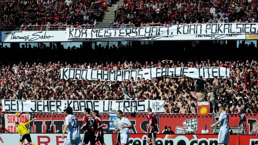Die Münchner Ultraszene in allen Ehren, in dieser Hinsicht gelten die Kontrahenten aus Nürnberg als eine ganz andere Hausnummer. Via Spruchband proklamiert die Nordkurve ihren Größenvorteil.