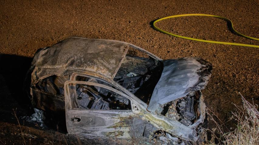 Zusammenstoß mit Reh: Vollbesetzter Kleinwagen überschlägt sich und brennt aus