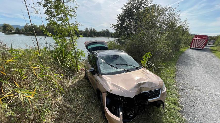 Polizeibeamte aus Kulmbach stellten zunächst eine offensichtliche Unfallstelle am Ufer des Sees fest.Im Bereich einer Kurve fanden die Beamten ein Kfz-Kennzeichenschild sowie umgedrückte Sträucher und einen Ölfilm in der Größe von etwa 100 Quadratmetern auf dem trüben Wasser.
