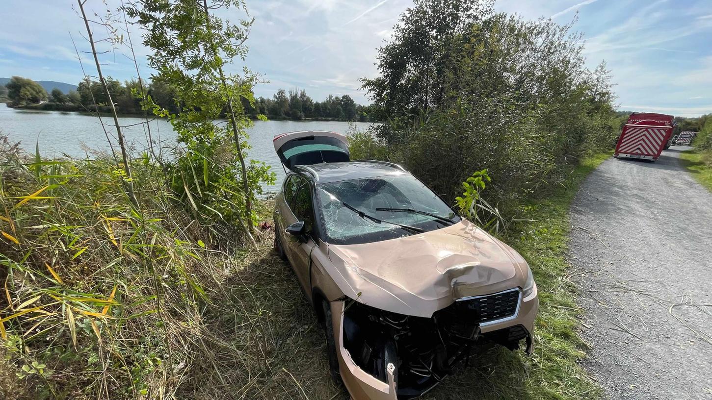 Am 3. Oktober kam es bei Kulmbach zu einem kuriosen Einsatz. Ein Auto musste aus dem Badesee gezogen werden.