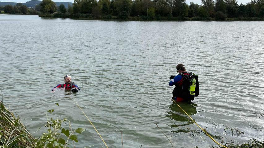 Es bestätigte sich der Verdacht. Ein Kleinwagen befand sich im Gewässer.