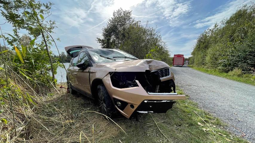Wie es zu dem Unfall kam und wer das Auto steuerte blieb zunächst unklar. Mit diesen Fragen beschäftigt sich nun die Kriminalpolizei Bayreuth.