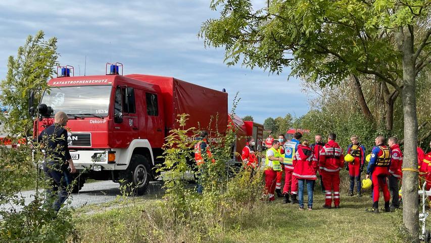 Zahlreiche Einsatzkräfte von Polizei, Feuerwehr, Bayerischem Roten Kreuz (BRK) und der Wasserrettung DLRG beschäftigte Sonntagmorgen die Bergung eines Unfallfahrzeugs aus dem Badesee