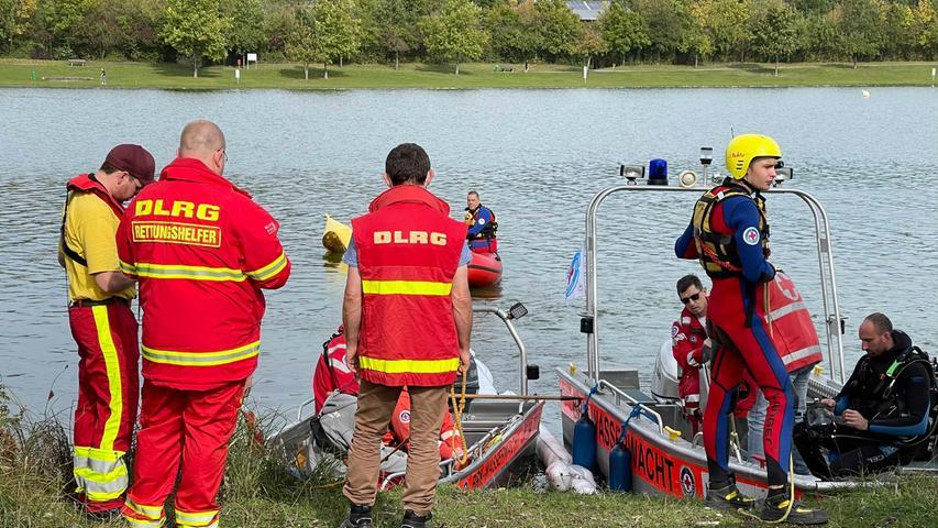 Da nicht auszuschließen war, dass sich auch noch Personen im Fahrzeug befinden, unterstützten Einsatzkräfte der Feuerwehr und Taucher der Wasserwacht bei der Bergung.