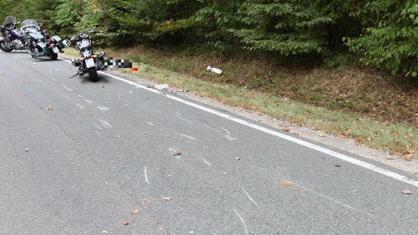 Die Gruppe Motorradfahrer wollte eine Gruppe von vier Radfahrendenüberholen, doch die Biker mussten den Vorgang abrupt abbrechen da Gegenverkehr kam.