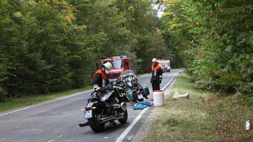 Durch das plötzliche und starke Abbremsen krachte der Fahrer des dritten Motorrads auf die zweite, vor ihm fahrende Maschine. Der vierte Fahrer konnte der Kollision der beiden Zweiräder vor ihm zwar noch ausweichen, landete dabei aber im Graben und stürzte ebenfalls.