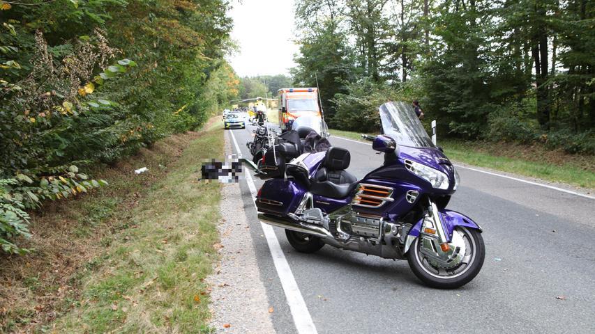 Am Sonntag, 3. Oktober, kam es um kurz nach 12 Uhr auf der Hochstraße bei Flachslanden zu einem schweren Verkehrsunfall, bei dem drei Motorradfahrer und eine Beifahrerin stürzten.