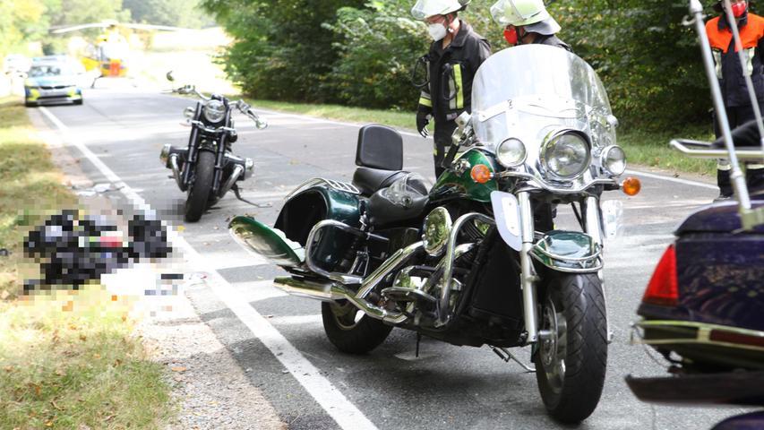 Zu einem schweren Unfall unter Motorrädern kam es am Sonntag (03.10.2021) auf der Hochstraße in Flachslanden (Lkr. Ansbach). Dort war eine Motorradgruppevon Großhabersdorf kommend in Richtung Oberdachstetten unterwegs.Am Anfang von einem Waldstück kurz nach Wippenau bremste das erste Motorrad aus unbekannter Ursache ab. Die Fahrerin des zweiten erkannte die Situation zu spät und krachte trotz einer Vollbremsung in das Heck der ersten Maschine.Durch den Aufprall stürtzen beide Maschinen um und die Fahrer fielen auf die Straße. Dabei wurden zwei Männer leichter und eine Frau schwer verletzt. Die 2 leicht Verletzten kamen mit jeweils einem Rettungswagen bodengebunden in eine Klinik. Die schwer verletzte Frau auf dem zweiten Motorrad musste schwer Verletzt nach Würzburg in eine Klinik geflogen werden. Foto: NEWS5 / Haag Weitere Informationen... https://www.news5.de/news/news/read/21902
