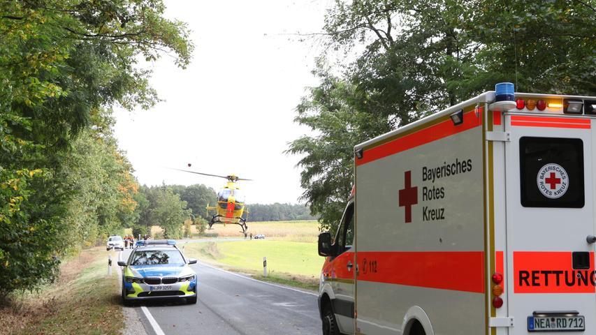 Alle vier gestürzten Personen wurden verletzt, die Beifahrerin musste mit schweren Verletzungen in eine Klinik geflogen werden. Die drei Motorradfahrer wurden leicht verletzt.